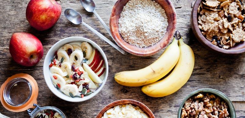 petit-déjeuner riche banane céréales pomme
