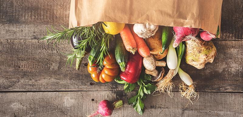 Sac rempli de légumes frais pour une alimentation riche en végétaux